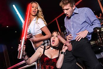 Смотреть секс на баре со жгучей брюнеткой