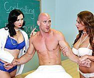 Секс втроем с молодыми училками в школе - 1