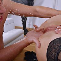 Порно сексуальная секретарша в чулках кончает со сквиртом