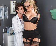Жаркий секс пациента с безотказной докторшей в чулках - 1