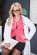 Жаркий секс пациента с безотказной докторшей в чулках #1