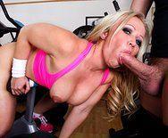 Смотреть горячей секс в спортзале с привлекательной блондинкой - 2