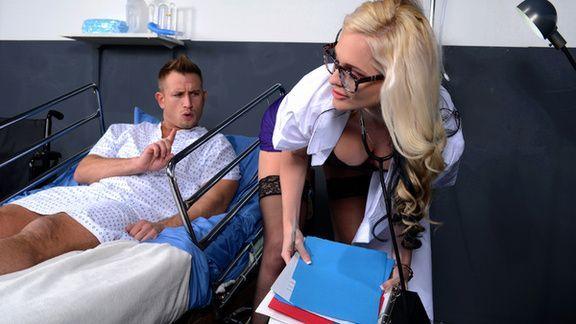 Порно пациента со зрелой докторшей в палате