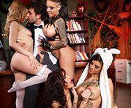 Смотреть групповое порно с красотками в униформе - 1
