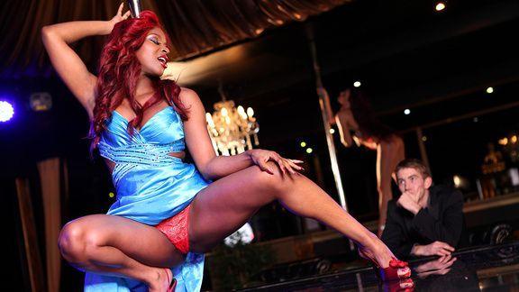 Межрасовый секс в клубе с выразительной рыжей негритоской