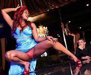 Межрасовый секс в клубе с выразительной рыжей негритоской - 1