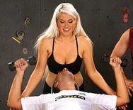 Смотреть порно тренера с пышной красивой блондинкой в спортзале - 1