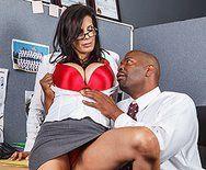 Межрасовый секс доктора со стройной медсестрой - 1