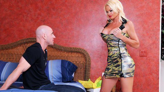 Смотреть жаркий секс с опытной пышной проституткой