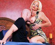 Шикарный трах в большую бритую пизду страстной блондинки - 1