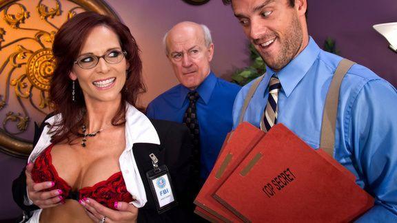 Анальный секс в офисе со взрослой красоткой
