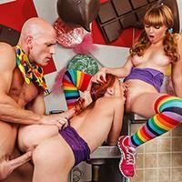 Порно мужика с двумя молодыми девочками