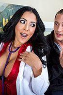 Смотреть секс пышной красивой докторши с молодым пациентом #2