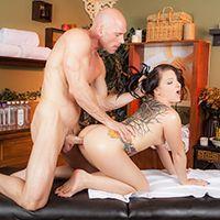 Нежный секс брюнетки с татуировками с массажистом