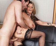 Смотреть секс со зрелой блондинкой в чулках после съемок - 5