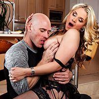 Роскошная блондинка в возрасте кончает после жаркого секса