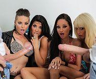 Безумный групповой секс с сексуальными цыпочками в общаге - 1