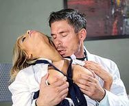 Первый анальный секс привлекательной блондинки с доктором - 1