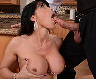 Секс взрослой женщины с молодым парнем на кухне - 2