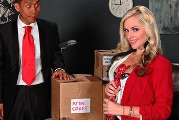 Порно азиата с шикарной длинноногой блондинкой