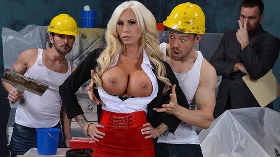 Порно плотника с сексуальной пышногрудой блондинкой