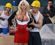 Порно плотника с сексуальной пышногрудой блондинкой - 1