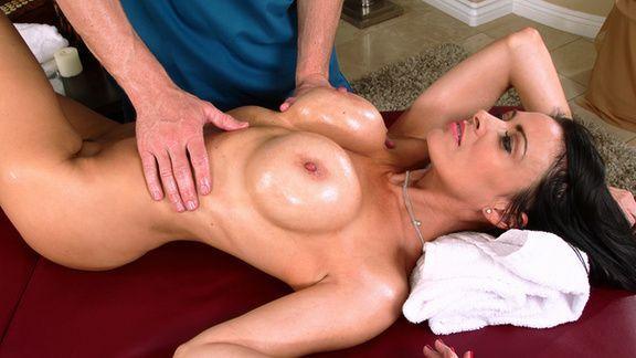Нежный секс выразительной сексуальной брюнетки с массажистом