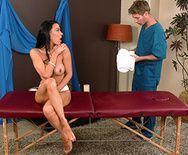 Нежный секс выразительной сексуальной брюнетки с массажистом - 1