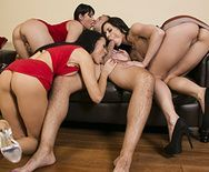 Смотреть групповой секс парня с тремя симпатичными брюнетками - 2