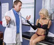 Порно сексуальной блондинки с милым доктором - 1