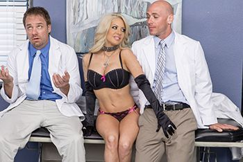 Порно сексуальной блондинки с милым доктором