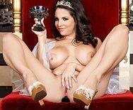 Анальный секс с красивой брюнеткой в короне на троне - 1