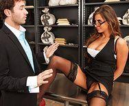 Горячее порно вора со страстной сучкой в униформе на столе - 1