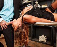 Горячее порно вора со страстной сучкой в униформе на столе - 2