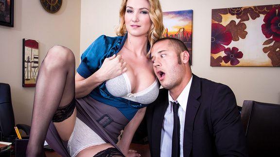 Страстный секс с блондинкой в чулках на столе