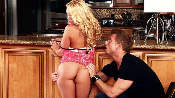 Смотреть красивый секс со страстной блондинкой на кухне