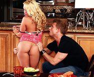 Смотреть красивый секс со страстной блондинкой на кухне - 1