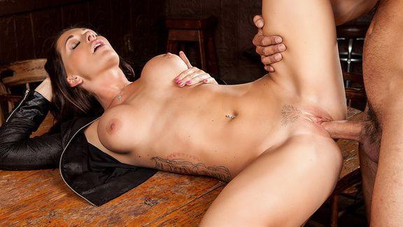 Вагинальный секс с привлекательной брюнеткой на столе