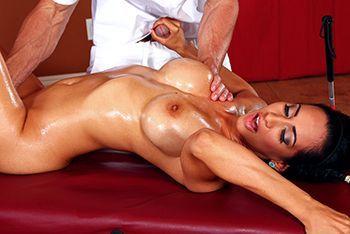 Смотреть секс загорелой брюнетки с нежным массажистом