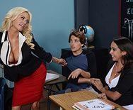 Смотреть порно втроем с сексуальной училкой и одноклассницей - 1