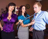 Смотреть секс втроем с восхитительными красотками в офисе - 1