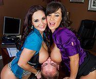 Смотреть секс втроем с восхитительными красотками в офисе - 3