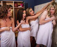 Групповое порно в раздевалке с молоденькими красотками в униформе - 1
