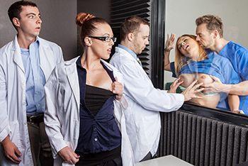 Жесткий секс пациентов за стеклом в больнице