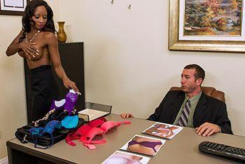 Межрасовый секс босса с темнокожей секретаршей