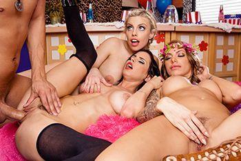 Жаркое групповое порно с тремя молодыми сексуальными школьницами