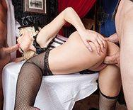 Порно блондинки в сексуальной униформе с двумя парнями - 3