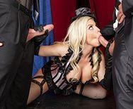 Порно блондинки в сексуальной униформе с двумя парнями - 4