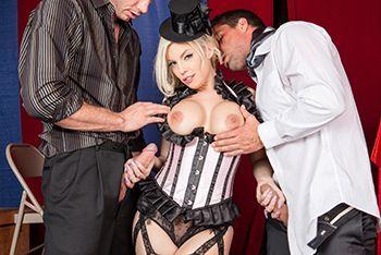 Порно блондинки в сексуальной униформе с двумя парнями