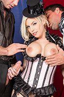 Порно блондинки в сексуальной униформе с двумя парнями #4